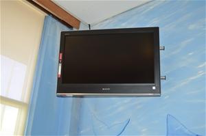1 x Colour Television  Sony Bravia 32`` inch LCD TV, model KDL-32V3100, 180