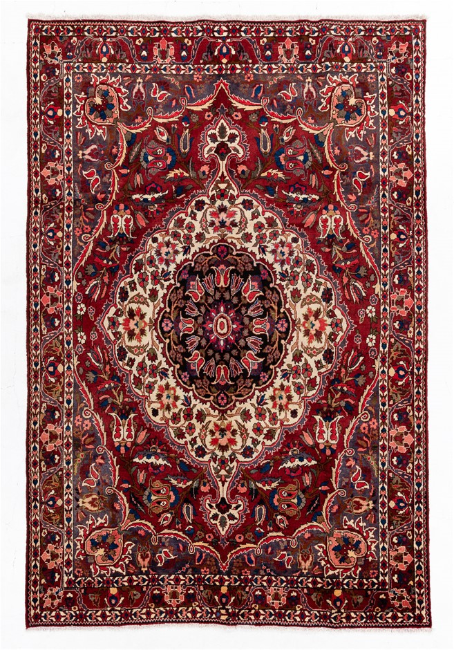 Persian Baktiari Hand Knotted 100% Wool pile Size (cm): 213 x 320