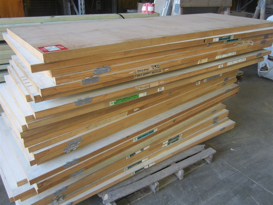Pallet of approximately 30 internal doors. Assorted sizes.