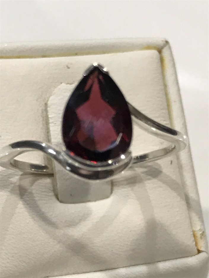Glorious 1.70ct Garnet Ring. Size R 1/2 (9)