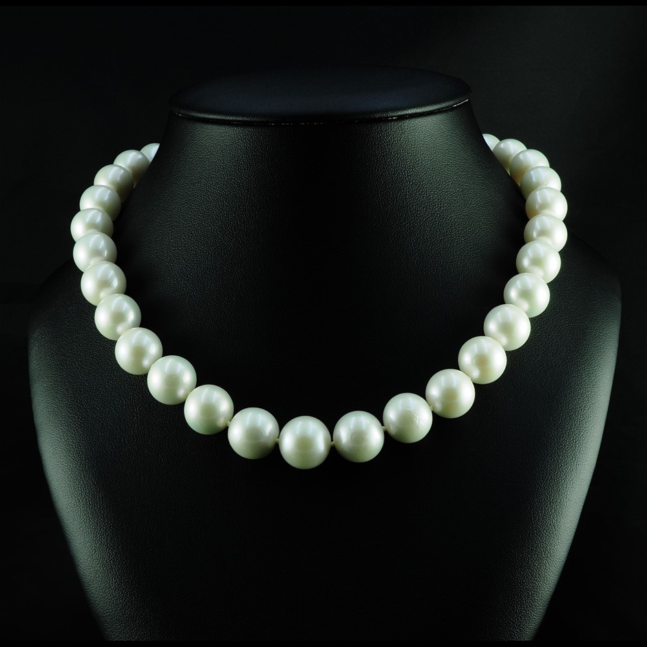 One continuous single strand necklet
