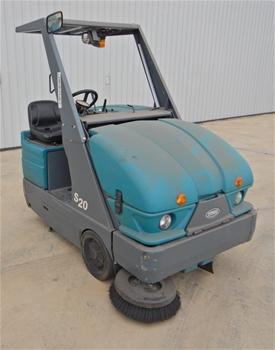 Tennant S20 Ride On Floor Sweeper (LPG)