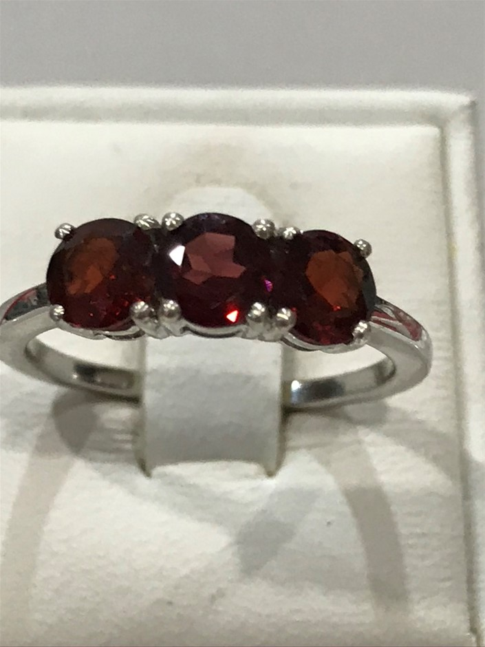 Beautiful Garnet 1.80ct & 18K White/Gold Vermeil Ring. Size N 1/2 (7 )