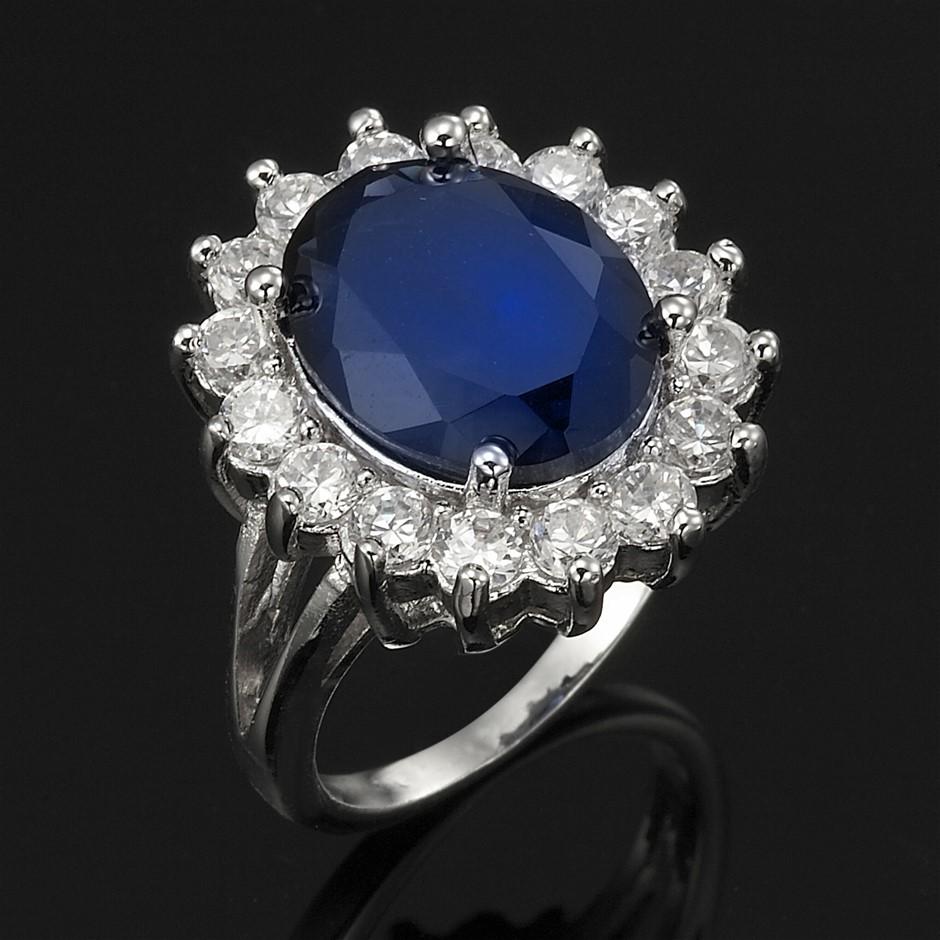Replica Royal Ring - 16 Simulated Diamonds - US Size 6